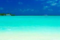 Sandstrand- und -ozeanbehälter, Maldives Lizenzfreie Stockfotografie
