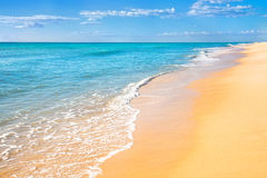 Sandstrand-Wasserhintergrund Lizenzfreie Stockfotografie