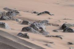 Sandsturm über Felsen auf einem Südwales-Strand Lizenzfreies Stockbild
