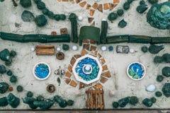 Sandtherapie Draufsicht von Spielzeugminiaturbäumen und kleine Elemente der Landschaft in einem Sandkasten Stockbild
