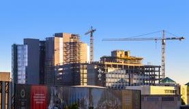 Sandton与建筑用起重机的市地平线 免版税库存照片