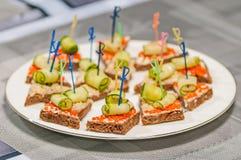 Sanduíche aberto com caviar vermelho Fotos de Stock Royalty Free