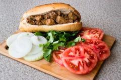 Sanduíche albanês do fígado com tomates e cebolas/Arnavut Cigeri imagem de stock