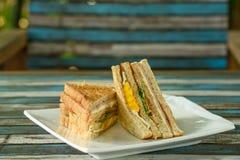Sanduíche brindado com presunto, queijo e vegetal Foto de Stock Royalty Free