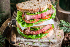 Sanduíche caseiro saudável com carne e vegetais Fotos de Stock
