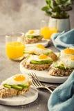 Sanduíche com abacate e ovos fritos Fotografia de Stock