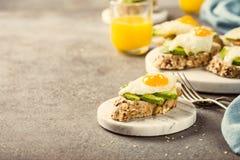 Sanduíche com abacate e ovos fritos Fotos de Stock Royalty Free