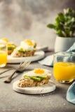 Sanduíche com abacate e ovos fritos Imagens de Stock Royalty Free