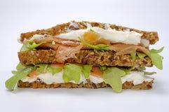 Sanduíche com alface e salmões Fotografia de Stock