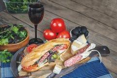 Sanduíche com alface, fatias de tomate fresco, presunto italiano do salame e queijo Foco seletivo Copie o espaço Imagem de Stock