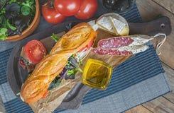 Sanduíche com alface, fatias de tomate fresco, presunto italiano do salame e queijo Foco seletivo Copie o espaço O quadro horizon Foto de Stock Royalty Free