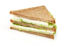Sanduíche com alface, pepinos e queijo Imagens de Stock