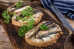 Sanduíche com arenques pequenos imagem de stock