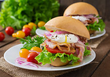 Sanduíche com bacon e ovo escalfado Imagens de Stock Royalty Free
