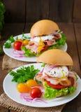 Sanduíche com bacon e ovo escalfado Foto de Stock Royalty Free
