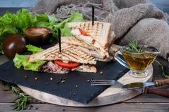Sanduíche com carne e os legumes frescos em uma tabela de madeira foto de stock royalty free