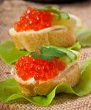 Sanduíche com caviar vermelho fotografia de stock royalty free