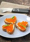 Sanduíche com caviar vermelho imagem de stock royalty free