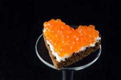 Sanduíche com caviar vermelho sob a forma de um coração Fotografia de Stock Royalty Free