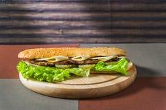 Sanduíche com costeleta e os legumes frescos fotos de stock royalty free