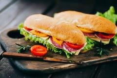 Sanduíche com fatias da alface de salame fresco dos tomates Fotografia de Stock