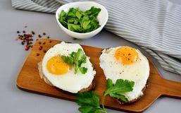 Sanduíche com Fried Egg Served saboroso em uma bandeja de madeira imagem de stock