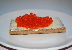 Sanduíche com manteiga e o caviar vermelho imagens de stock