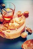 Sanduíche com nozes Honey Chopping Board da manteiga foto de stock