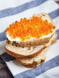 Sanduíche com o caviar da manteiga e dos salmões vermelhos Fotografia de Stock Royalty Free