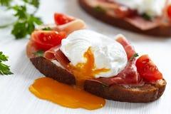 Sanduíche com ovo caçado Fotos de Stock Royalty Free