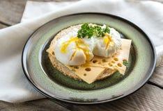 Sanduíche com ovos escalfados Imagem de Stock Royalty Free