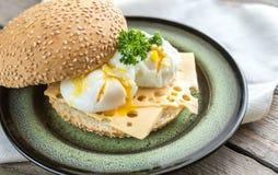 Sanduíche com ovos escalfados Foto de Stock