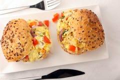 Sanduíche com ovos mexidos e vegetais Imagens de Stock