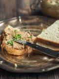 Sanduíche com pasta de fígado caseiro da galinha Foto de Stock Royalty Free