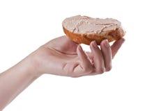 Sanduíche com pasta em uma mão foto de stock royalty free