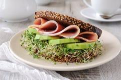 Sanduíche com presunto e abacate fotografia de stock