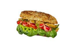 Sanduíche com presunto, o pepino salgado, a pimenta, a alface e o tomate em um fundo branco fotografia de stock royalty free