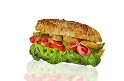 Sanduíche com presunto, salmouras, alface e tomate em um fundo branco imagens de stock