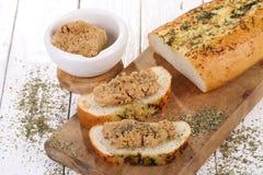 Sanduíche com queijo-brunost norueguês em uma tabela de madeira branca fotografia de stock