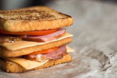 Sanduíche com queijo, tomate e carne fumado fotos de stock royalty free
