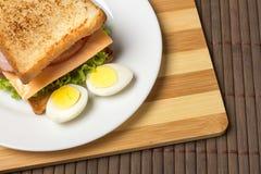 Sanduíche com queijo, tomate e carne fumado imagens de stock royalty free