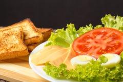 Sanduíche com queijo, tomate e carne fumado imagem de stock