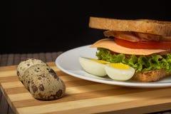 Sanduíche com queijo, tomate e carne fumado fotos de stock