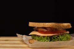 Sanduíche com queijo, tomate e carne fumado fotografia de stock
