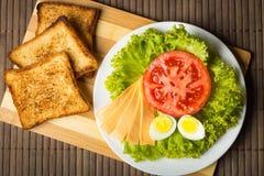 Sanduíche com queijo, tomate e carne fumado foto de stock royalty free