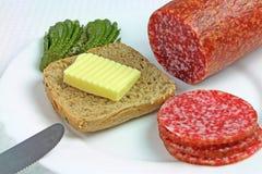 Sanduíche com salame, manteiga e pepinos Fotografia de Stock