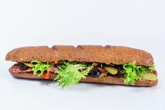 Sanduíche com salame, os pepinos conservados e salada fresca imagens de stock