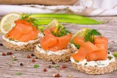 Sanduíche com salmão fumado Fotos de Stock