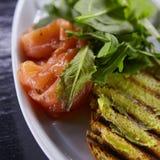 Sanduíche com salmão fumado, queijo, tomates e ervas para o fim saudável do café da manhã acima Fotos de Stock