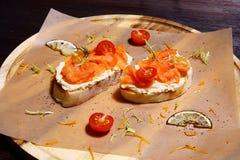 Sanduíche com salmões Imagens de Stock